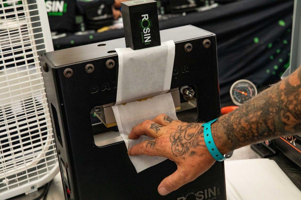 Daxtractor rosin press in action